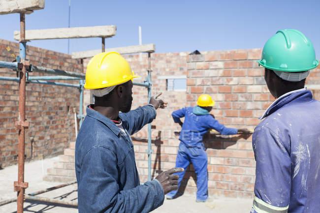 Африканские строители, работающие на стройке — стоковое фото