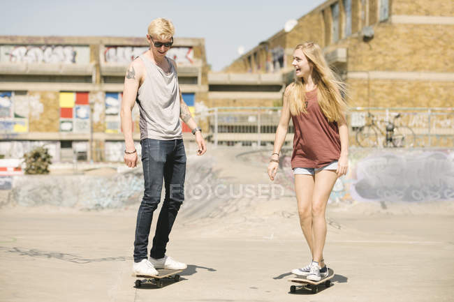 Junge weibliche und männliche Skateboard Freunde Skateboarden im skatepark — Stockfoto