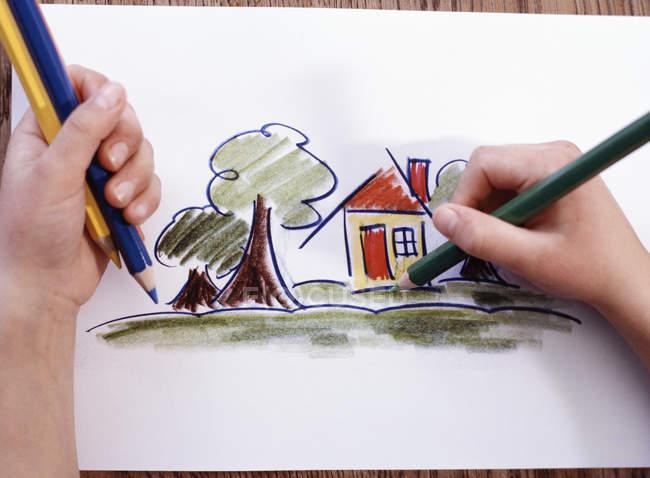 Близько від руки хлопчик забарвлення малюнок-креслення — стокове фото