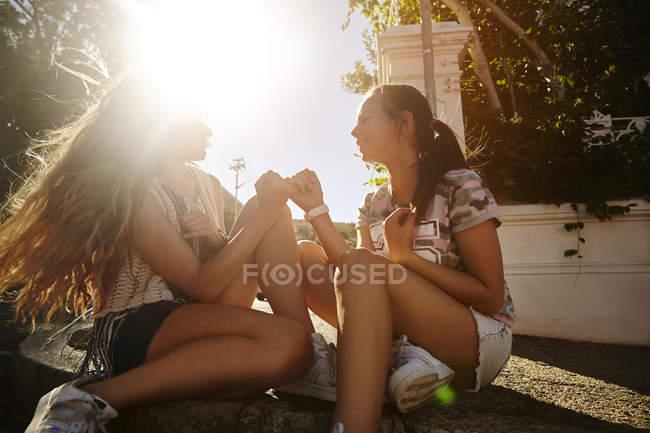 Девочки-подростки развлекаются на улице, Кейптаун, Южная Африка — стоковое фото