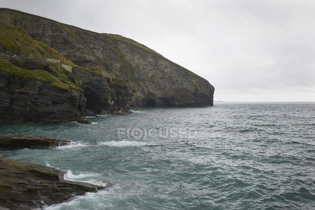 Malerischer Blick auf felsige Klippen und Meer, Baumbestand, Kornwand, uk — Stockfoto