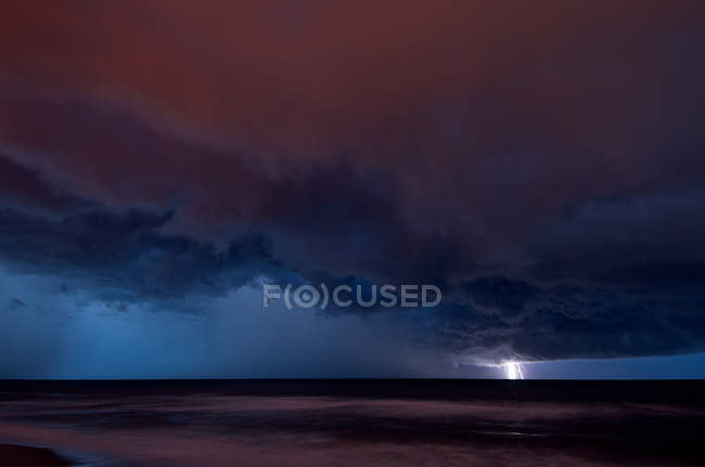 Rayo lejano golpeando el agua sobre el Océano Atlántico - foto de stock