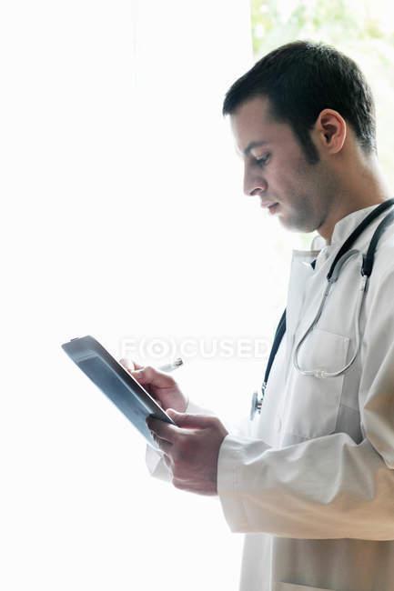 Retrato do médico usando comprimido digital — Fotografia de Stock