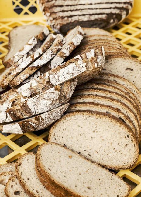 Разнообразие свежих нарезанный хлеб в ящике — стоковое фото