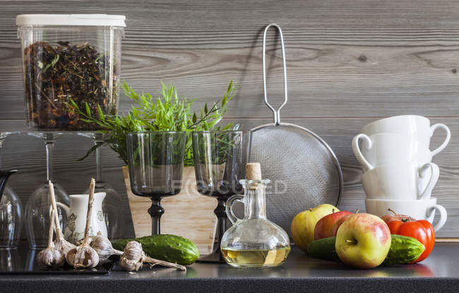 Superfície com louça, utensílios de cozinha e ingredientes, ainda a vida de trabalho de cozinha — Fotografia de Stock