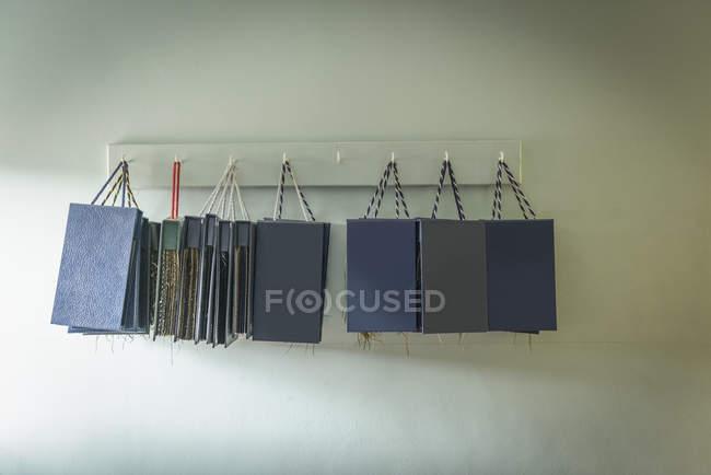 Materialprobe Bücher hängen in Kleiderfabrik — Stockfoto