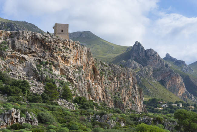 Vista elevada de la torre de la montaña, Macari, San Vito Lo Capo, Sicilia, Italia - foto de stock