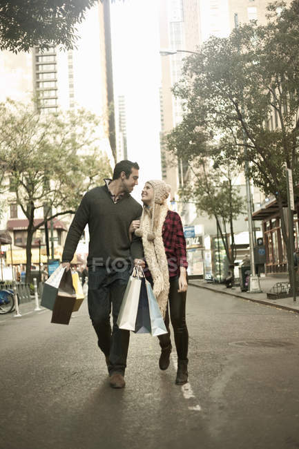 Young tourist couple with shopping bags, New York City, USA — Stock Photo