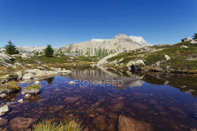 View of lake and mountains, Albula Pass, Graubunden, Switzerland — Stock Photo
