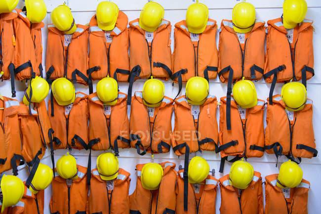 Equipaggiamento di sopravvivenza dei giubbotti di salvataggio arancioni — Foto stock