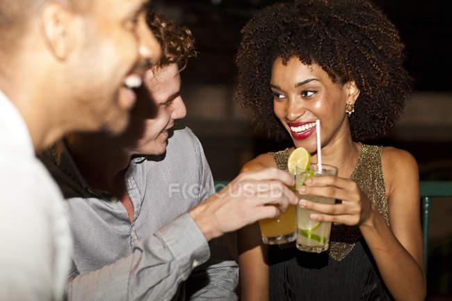 Пара сидіти разом в бар, посміхаючись — стокове фото