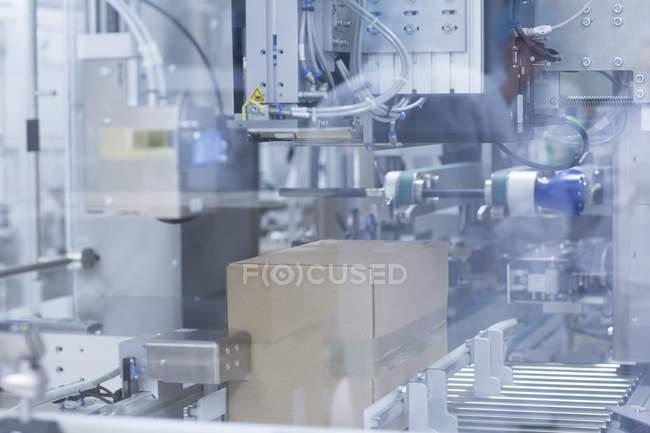 Gros plan de machines de fabrication médicale en argent, concept pharmaceutique — Photo de stock