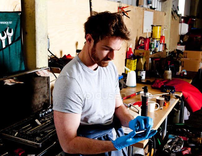Male mechanic analyzing vehicle computer data — Stock Photo