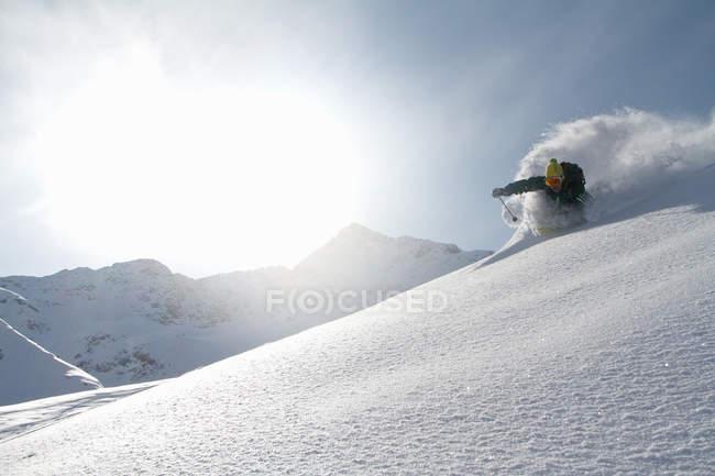 Man skiing off piste in Kuhtai , Tirol, Austria - foto de stock