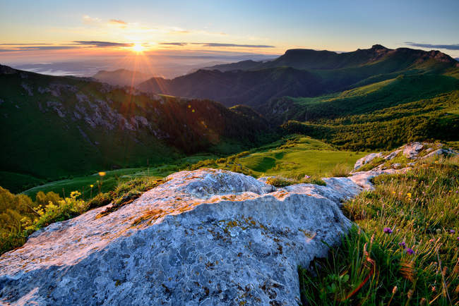Rscenic view of green hills at sunset — Stock Photo