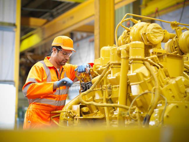 Apprendista ingegnere che lavora al motore — Foto stock