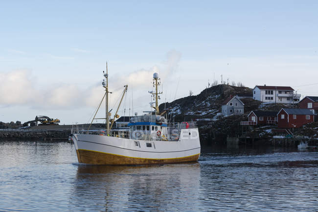 Fishing boat leaving harbor, Hamnoy, Lofoten Islands, Norway — Stock Photo