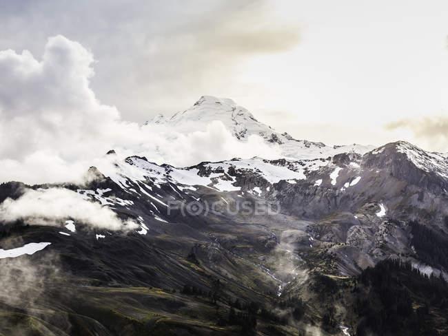 Snow covered mountain peaks, Mount Baker, Washington, USA — Stock Photo