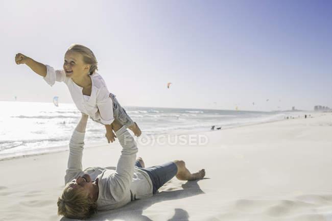 Liegen am Strand heben Sohn Vater — Stockfoto