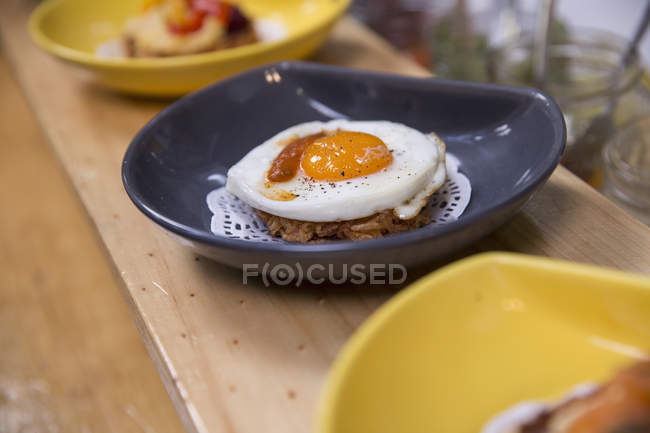 Row of fried egg meals on cooperative food market stall — Stock Photo