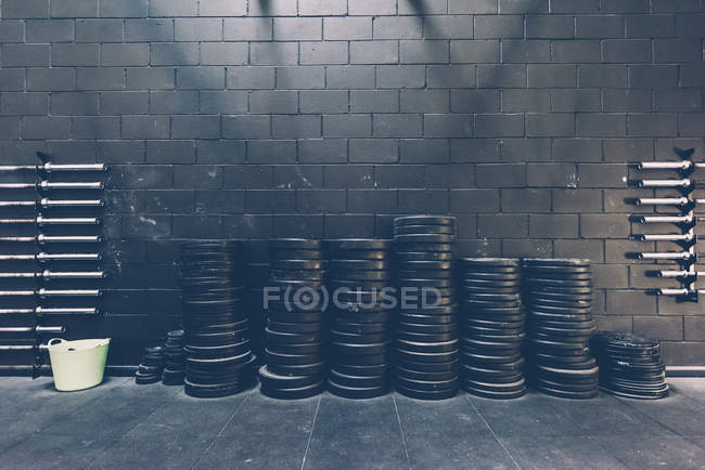 Gestapelte Zeilen Langhantel Gewichte in schwarz gym — Stockfoto