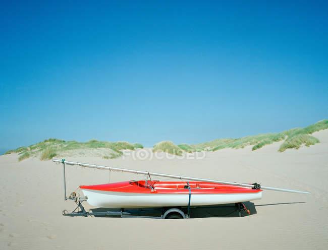Jet boat sulla spiaggia di sabbia — Foto stock