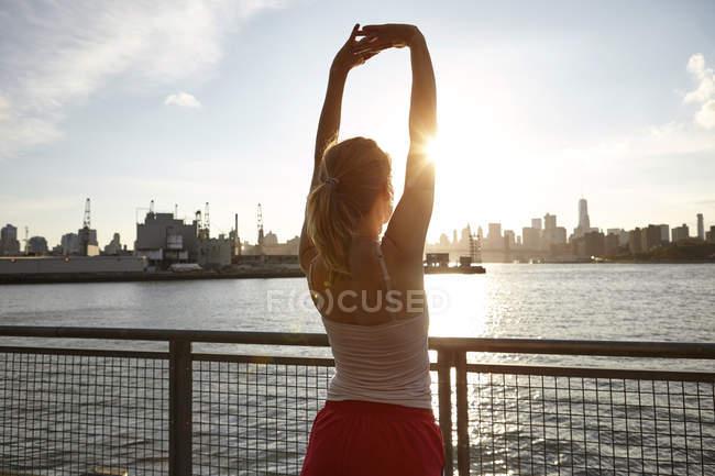 Вид сзади женщины на вытянутых руках, Манхэттен, Нью-Йорк, США — стоковое фото