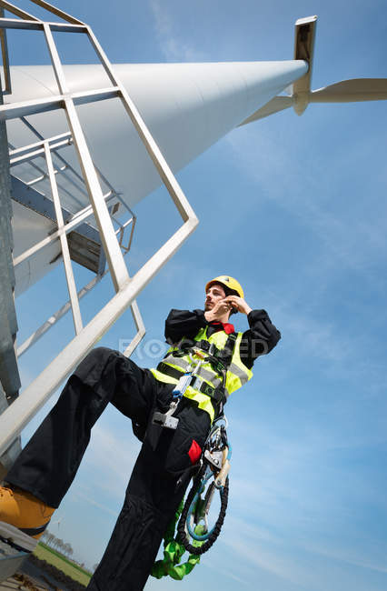 Работник технического обслуживания, готовящийся к работе на современной ветряной турбине, Биддингхёйзен, Флеволанд, Нидерланды — стоковое фото