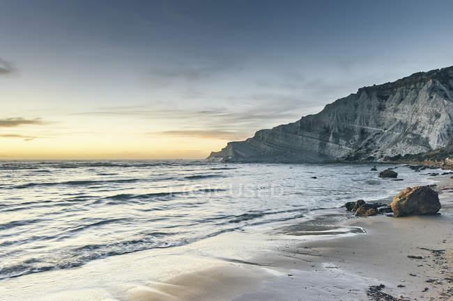Sea view with Scala dei Turchi at dusk, Realmonte coast, Agrigento, Sicily, Italy — Stock Photo