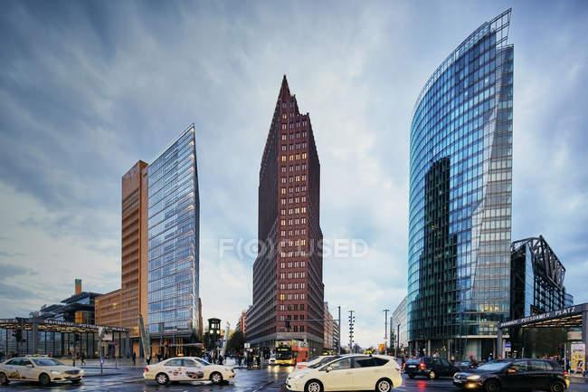 Городской пейзаж с пробками и небоскребами, Берлин, Германия — стоковое фото