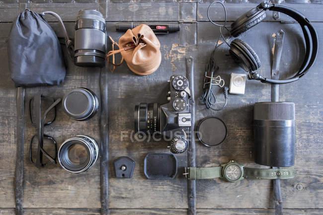 Vista superiore della fotocamera e accessori sulla tavola rustica — Foto stock