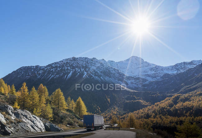 Truck on mountain road in Swiss Alps, Simply Pass, Valais, Switzerland — Stock Photo