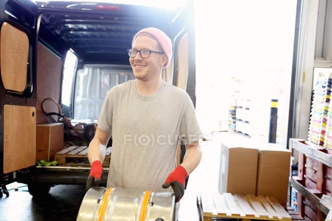 Працівник в пивоварні, підготовка поширювати барелів пива — стокове фото