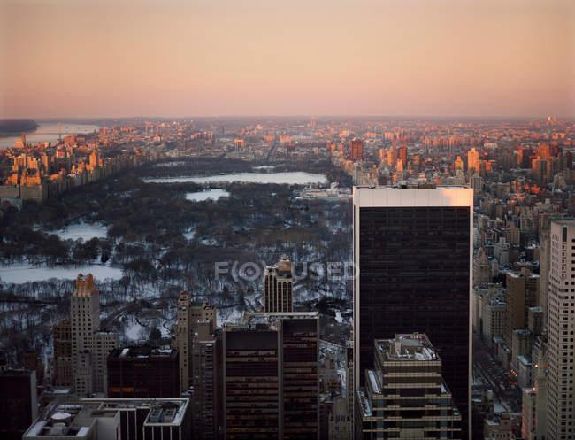 Parc central enneigé au coucher du soleil — Photo de stock