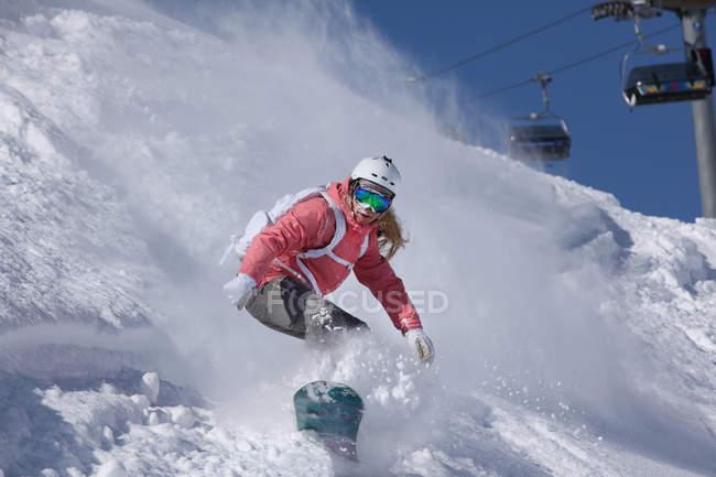 Junge Frau Snowboarden auf steilen Berg, Hintertux, Tirol, Österreich — Stockfoto