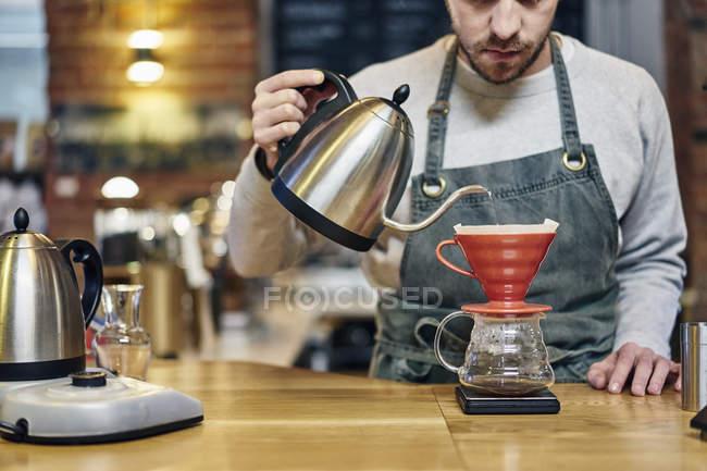 Кавказька чоловіча бариста приготування кави — стокове фото