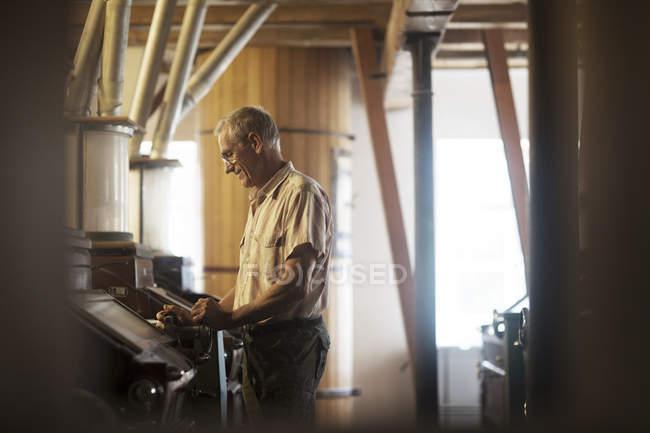 Männliche Miller Maschine bei Weizen-Mühle in Betrieb — Stockfoto