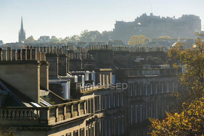 Пташиного польоту Единбурзі міський пейзаж і чисте небо на фоні, Шотландія — стокове фото