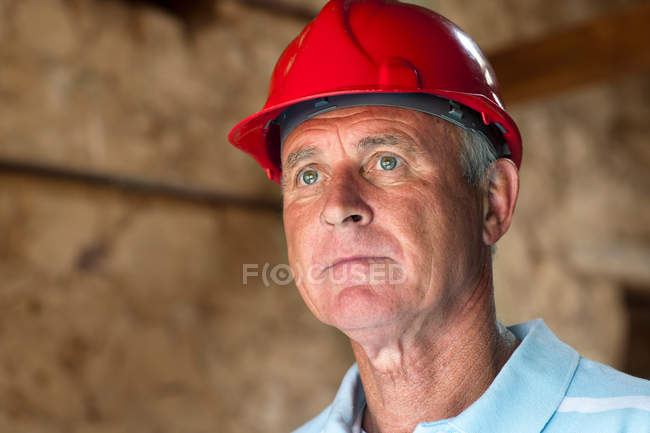 Construction worker wearing hard hat — Stock Photo