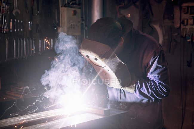 Vue de face du fer à souder en atelier — Photo de stock