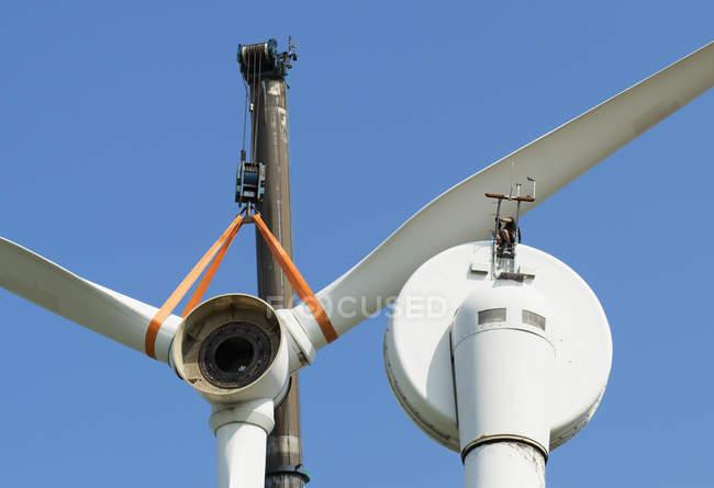 Низкий угол обзора демонтирования ветряной турбины рабочим — стоковое фото