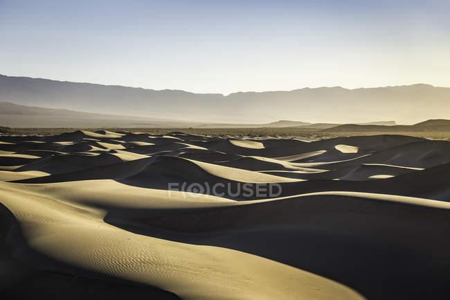 Dunes de sable plat Mesquite ombragées dans le parc national Death Valley, Californie, États-Unis — Photo de stock