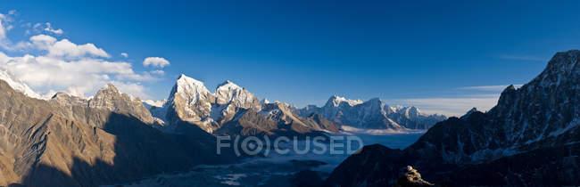 Vale e das montanhas rochosas — Fotografia de Stock