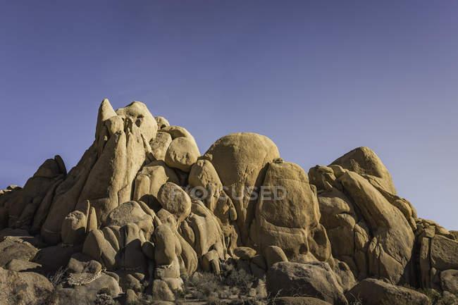 Скальные образования под ясным голубым небом — стоковое фото
