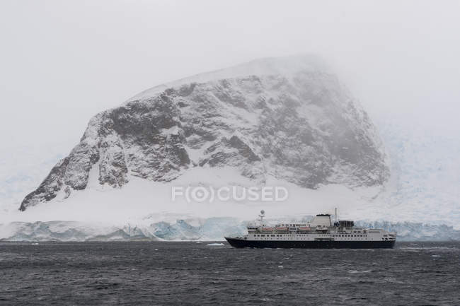 Snow covered mountain and sea with ship, Neko harbor, Antarctica — Stock Photo