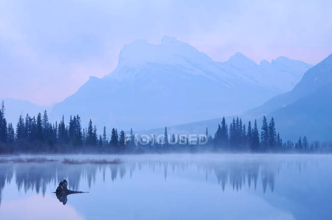 Vermilion lake with Mount Rundle in background — Stock Photo