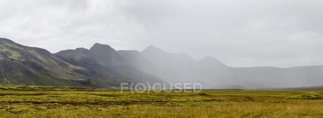 Vista panoramica della gamma di montagna nebbioso — Foto stock