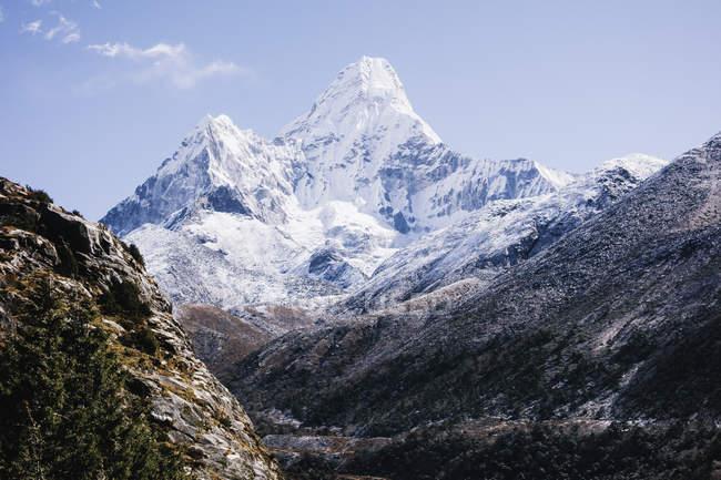 Montagne rocciose innevate con cielo blu — Foto stock