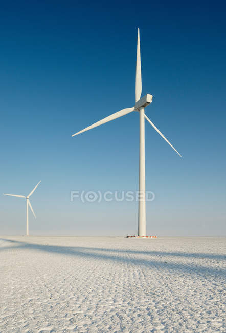 Turbinas eólicas na paisagem nevada — Fotografia de Stock