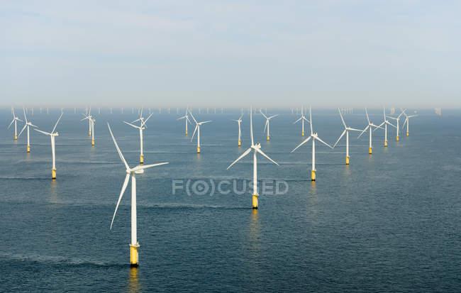 Parque eólico offshore com turbinas eólicas em água — Fotografia de Stock
